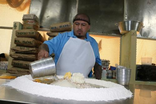Uno de los reos de Fraijanes 1, realiza una mezcla de panadería. (Foto: Sistema Penitenciario)