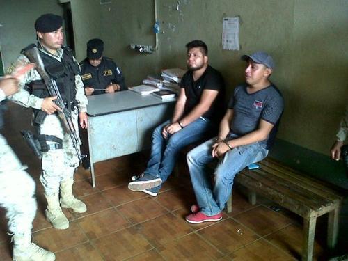 Los dos mexicanos fueron detenidos por agentes de la Policía Nacional Civil. (Foto: PNC)