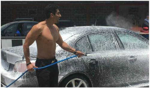 El excantante afirma que no se avergüenza de lavar carros. (Foto: Tv y Novelas)