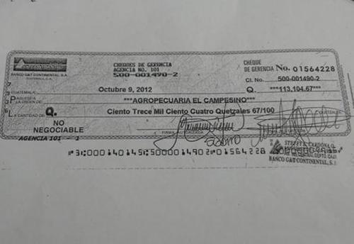 """El diputado mostró algunos de los cheques que la agrupación política emitió para pagar la deuda con """"Chico Dólar""""."""