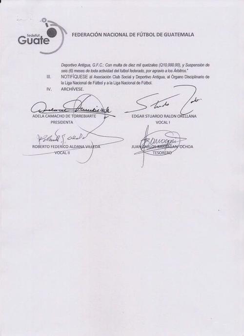 Los firmantes de la resolución que revoca la sanción a Rafael Arriaga, presidente de Antigua GFC, Adela de Torrebiarte, Juan Carlos Barragán, Stuardo Ralón y Roberto Aldana. (Foto: Fedefutbol)