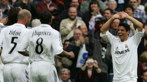 Cicinho festejando junto a sus compañeros uno de sus goles con la camiseta madridista.