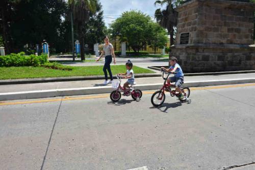 Caminar por las calles de Guatemala es más agradable cuando amaina el tráfico por el feriado. (Foto: Jesús Alfonso/Soy502)