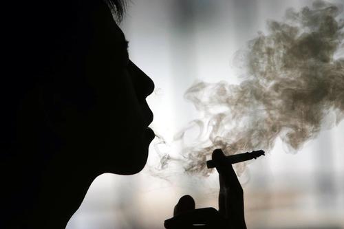 Fumar y beber alcohol son las principales causas del cáncer de esófago. (Foto: taringa.net)