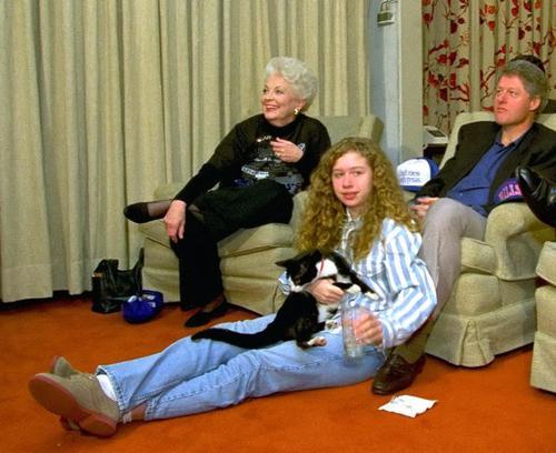 Las familia Clinton unida junto a Socks. (Foto: nydailynews)