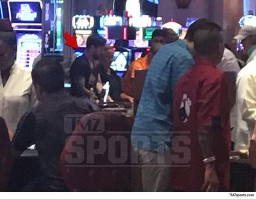 Lionel Messi botó el estrés en un casino de Bahamas, en donde algunos medios señalan que estuvo fumando. (Foto: TMZ)