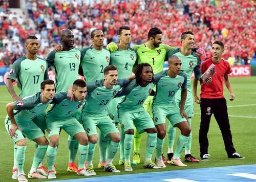 Cristiano Ronaldo, se ríe al ver a un intruso en la foto de grupo de Portugal en la semifinal de la Eurocopa 2016. (Foto: Mateusz Kaczmarczyk)