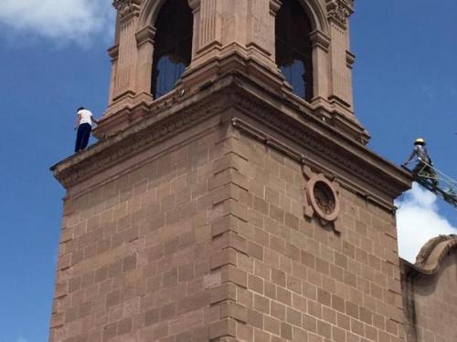 Una jóven de 16 años intentó quitarse la vida y se lanzó desde la Iglesia Sagrado Corazón en Sonora, México. (Foto: @elimparcialcom)