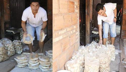 Los medios en Paraguay han documentado que Salvador Cabañas, ayuda en el reparto de pan en un negocio de sus padres.