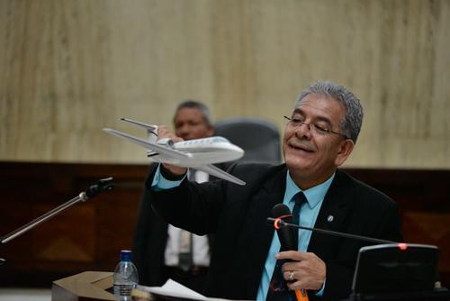 """El juez Miguel Ángel Galvez, mostró la réplica del jet conocido como """"La Balita"""". (Foto: Wilder López/Soy502)"""