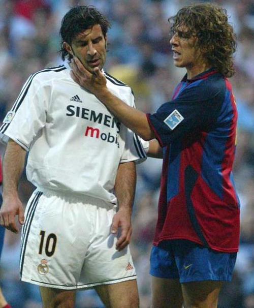 Figo y Puyol tuvieron más de algún cruce en clásicos españoles. (Foto: Twitter)