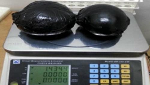 1.4 kilos pesaron los implantes conteniendo la cocaína, los cuales eran protegidos por látex negro. (Foto: AFP)