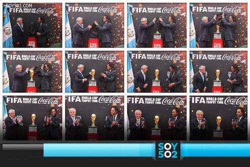 Momento en el que el presidente Otto Pérez Molina y el ex futbolista francés Christian Karembeu develan el Trofeo de la Copa del Mundo.