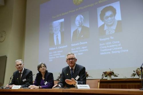 De izquierda a derecha: Jan Andersson, Juleen Zierath y Hans Forssberg, miembros del Comité del Nobel del Instituto Karolinska, al momento de dar el nombre de los ganadores del premio. (Foto: EFE)