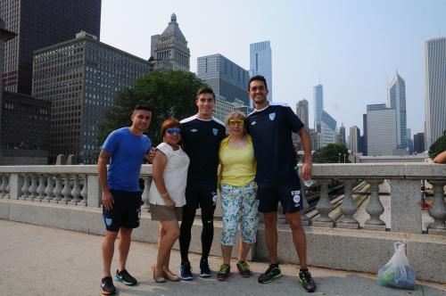 Algunos aficionados en Chicago aprovecharon para tomarse una foto con los integrantes de la Selección Nacional. (Foto: Aldo Martínez/Enviado especial de Nuestro Diario)