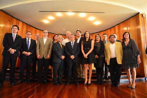 El alcalde Arzú con su equipo de trabajo del Concejo Municipal. (Foto: Jesús Alfonso/Soy502).
