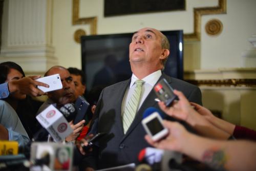 Mario Taracena, cuando se enteró que el Tribunal Supremo Electoral había iniciado trámites para suspender a la UNE. (Foto: Jesús Alfonso/Soy502)