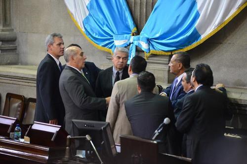 La discusión entre los jefes de bloque sobre qué hacer con las reformas a la Ley Electoral se realizaron durante mucho tiempo, antes de iniciar la sesión. (Foto: Jesús Alfonso/Soy5029