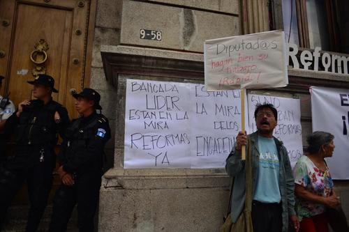 Afuera del Congreso, guatemaltecos presionaban a los diputados para aprobar reformas a Ley Electoral. (Foto: Jesús Alfonso/Soy502)