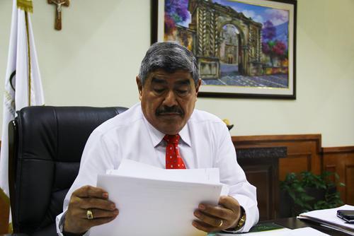 El contralor, Carlos Mencos, explicó que se encontraron los indicios suficientes para determinar que existió sobrevaloración en la compra de las mochilas por parte de la Digef y el Mineduc. (Foto: Alexis Batres/Soy502)