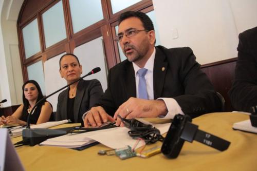 Exviceministro Álvarez presenta los dispositivos. (Foto: Mingob)