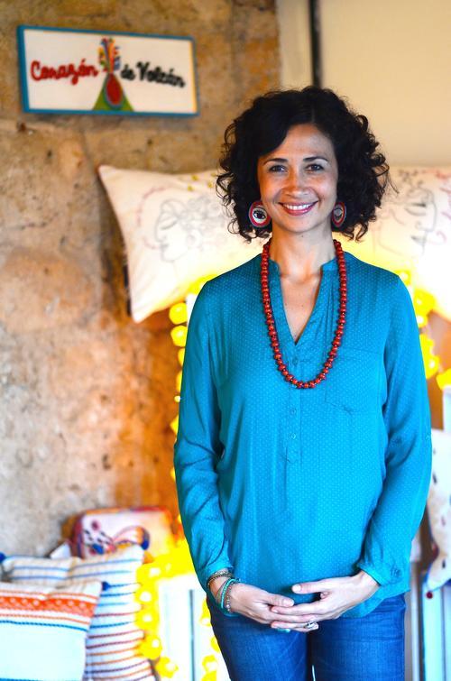 La artista visual Lucía Morán emprende un mágico viaje a través de accesorios que alegrarán cualquier conjunto de tu guardarropa. (Selene Mejía/Soy502)