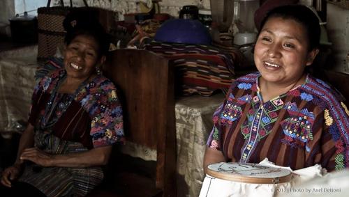 """Ellas son las bordadoras que contribuyen a hacer posible las creaciones de """"Corazón de Volcán"""". (Foto: Corazón de Volcán oficial)"""