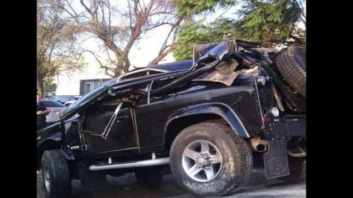 La camioneta del cantante Alejandro Fernández quedó destrozada tras volcarse la madrugada de este miércoles en Zapopan, Jalisco.