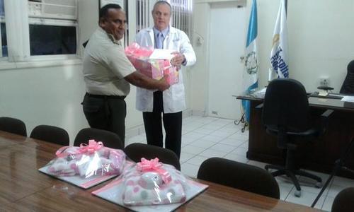 Ciudadanos y representantes de instituciones hicieron entrega de donaciones para la atención de Las Rositas. (Foto Ejército de Guatemala)