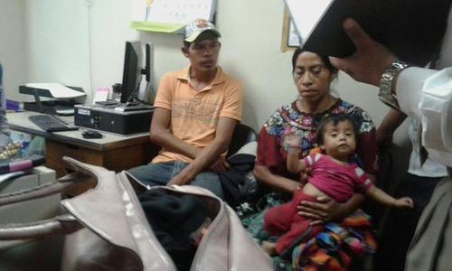 Personal del hospital y de la PGN explicó la condición de Las Rositas a los padres. (Foto hospital Roosevelt)