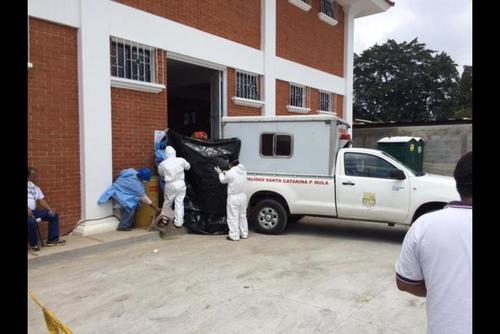 La morgue se retiró con los cuerpos XX a la sede del Inacif y se mantienen en el cuarto frío. (Foto: Soy502)