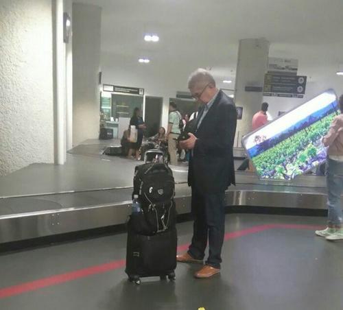 Según Diario Digital, la fotografía de Luis Rabbé fue tomada en el Aeropuerto de México y fue compartida por un usuario. (Foto: Diario Digital)