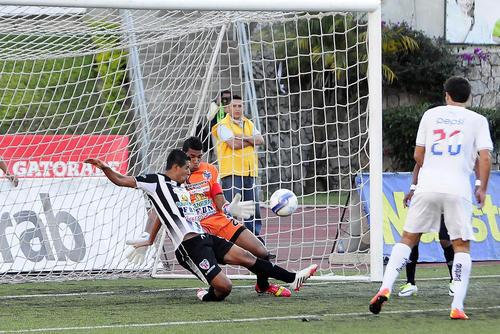 José Calderón, portero de Heredia y sus defensas impidieron a los albos anotar el gol del triunfo. (Nuestro Diario)