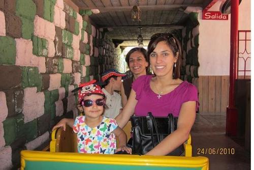 En una foto del recuerdo, Cristina aparece junto a sus hijos y su mamá Angelis de Siekavizza. (Foto: Archivo/Soy502)