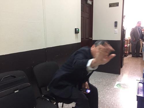 Edgar Barquín intentó no ser fotografiado antes de la audiencia donde escuchó la sentencia que le fue suspendida.