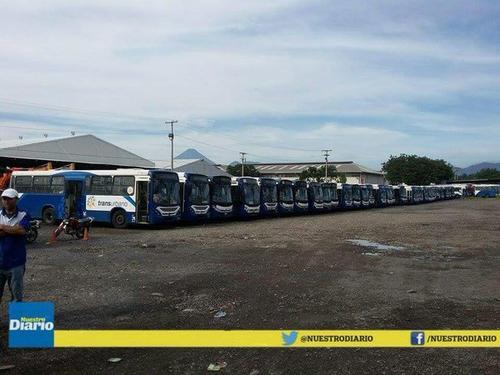 Cerca de 200 autobuses permanecen estacionados por la falta de pago de los salarios de los pilotos. (Foto Nuestro Diario)