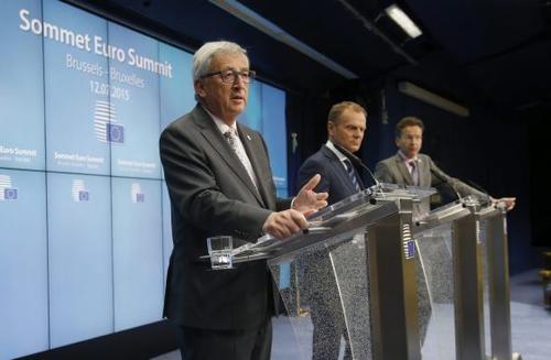 El presidente de la Comisión Europea, Jean-Claude Juncker (izquierda), el presidente del Consejo Europeo, Donald Tusk, y el presidente del Eurogrupo, Jeroen Dijsselbloem, durante la confeencia. (Foto: EFE)