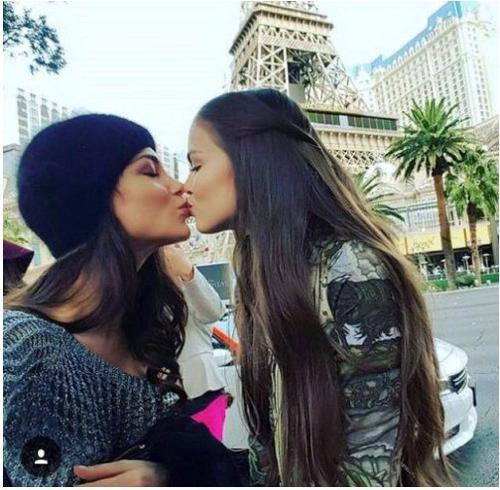 Miss Austria y Miss Rusia se besan en la boca y publican una foto, lo que desata la polémica en el Miss Universo 2015.