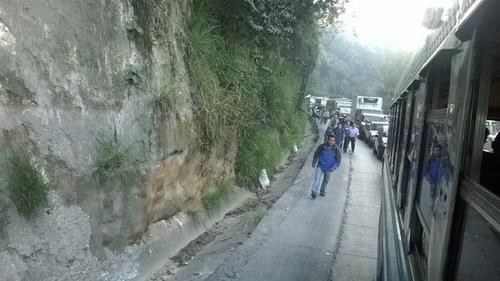 Algunos vecinos del sur del departamento se vieron obligados a caminar debido al congestionamiento vial. (Foto Twitter/@a1eches)