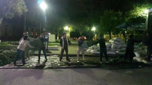Las autoridades pasaron toda la madrugada contando las ramillas que trasladaba el camión interceptado. (Foto Conap)