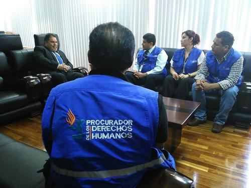 El Rector de la Usac explica a personal de la PDH las medidas que garantizan el cumplimiento de prohibición de bautizos. (Foto PDH)