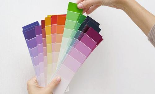 Un color principal para las paredes, otro color para los acentos más grandes -como sofás y sillas- y un tercer color que utilizarás en los accesorios más pequeños, como flores, almohadones y adornos. (Foto: imujer.com)