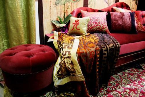 Una habitación totalmente blanca puede tener cortinas de lino, una silla de terciopelo, almohadones brillantes de seda, sillas de mimbre y cestas tejidas, y un sofá de algodón con una manta de piel sintética, todos elementos que añaden textura crean un ambiente cálido y rico. (Foto: imujer.com)