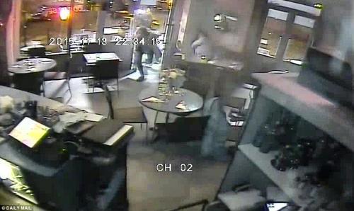 La imagen muestra el inicio del ataque en un restaurante en París. (Foto: Tomada del Daily Mail www.dailymail.co.uk)