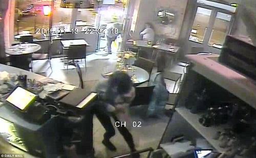 Las personas que se encontraban dentro del restaurante corren para poder ponerse a salvo. (Tomada del Daily Mail www.dailymail.co.uk)