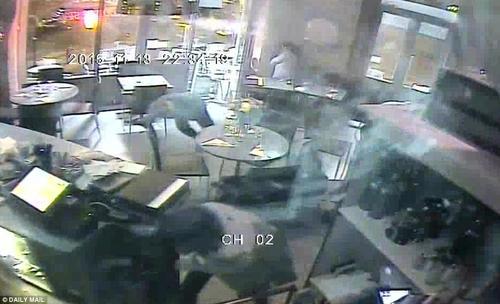 Así fue el momento de tensión y pánico vivido en un restaurante en París. (Tomada de Daily Mail www.dailymail.co.uk)