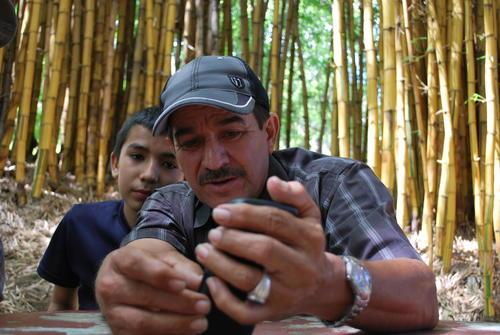 Danilo García relata que creció sin zapatos en San Raymundo junto con sus hermanos. (Foto: Will James/ WSHU)