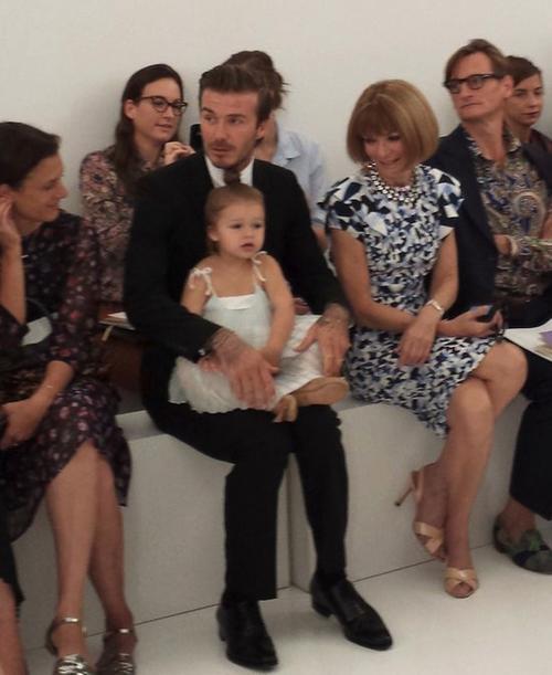 David Beckham, futbolista y esposo de la diseñadora en primera fila junto a su hija, Harper, a la derecha Anna Wintour. (Foto: El País)