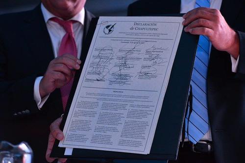 13 de los 14 candidatos firmaron el documento.  (Foto: Wilder López/Soy502)