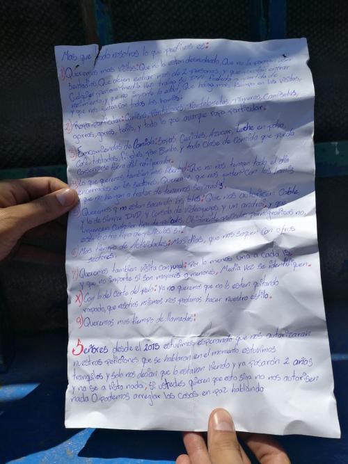 Esta hoja fue lanzada por los internos a los periodistas. (Foto: Alejandro Balán/Soy502)